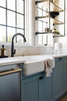 Corpuri de mobilier albastre și detalii rustice într-o bucătărie spațioasă Jurnal de design interior