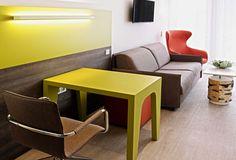 Entdecken Sie das ökologische und innovative Eco-Suite Hotel in Salzburg. Sie können einen Einblick in die moderne Architektur sowie Arbeitsweise bekommen. Salzburg, Water, Table, Furniture, Home Decor, Modern Architecture, Vacation, Gripe Water, Decoration Home