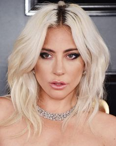 The Best Beauty Looks From the GRAMMYs Red Carpet 2019 Lady Gaga looked artfully undone, with piecey tousled hair at the 2019 GRAMMYs Related Ombre Acryl Nägel Acryl Nagel Ideen Sarg Nagel Beste Lidschatten - carb Eierlasagne - Einfach und super schnell Lady Gaga Hair, Lady Gaga Makeup, Beautiful Celebrities, Beautiful People, Elf Make Up, Crop Haircut, Lady Gaga Pictures, Tousled Hair, Laura Geller