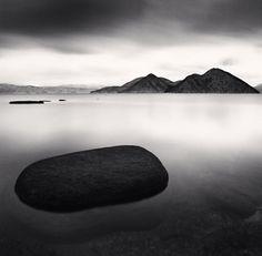 Depuis plus de 20 ans le photographe Anglais Michael Kenna parcours le monde pour réaliser ces photos de paysages minimalistes en noir et blanc avec des temps de poses pouvant aller jusqu'à 10 heures qui lissent l'eau et le ciel.    Il y a beaucoup d'autres photos sur son site, notamment en France et au Japon.