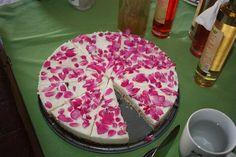 Eines der unzähligen genussvollen Endprodukte - Joghurttorte mit Rosenzucker, Rosenmarmelade und Rosenblüten verziert. #Rosen #Rosenprodukte