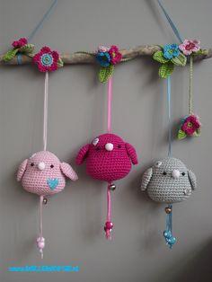 Cute crochet little birds - would be lovely for a nursery decoration :) Crochet Baby Toys, Crochet Birds, Cute Crochet, Beautiful Crochet, Crochet Animals, Knit Crochet, Mobiles, Amigurumi Patterns, Knitting Patterns