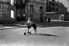 "Los niños de posguerra by David ""Chim"" Seymour Henri Cartier Bresson, Guernica, Frente Popular, Photographer Portfolio, Pictures Of People, Magnum Photos, Red Cross, Cool Eyes, Vintage Children"
