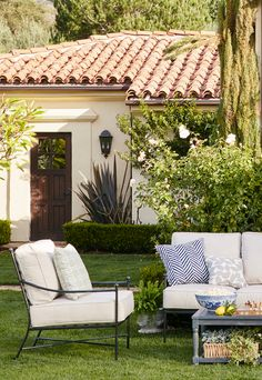 Neutral outdoor furniture + fun patterned accents = summer outdoor living room perfection!
