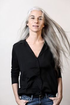 Long gray hair R Pelo Color Plata, Going Gray Gracefully, Aging Gracefully, Silver White Hair, Grey Hair Inspiration, Salt And Pepper Hair, Long Gray Hair, Beautiful Old Woman, Ageless Beauty