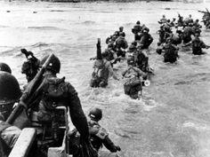 """(111) - DIA D11 - El mal clima y el mar picado retrasaron a las fuerzas canadienses que debían desembarcar en la playa de Juno. Eso y la fuerte defensa alemana produjeron fuertes bajas en la playa. El historiador militar británico, Sir John Keegan, describió este ataque como """"el más exitoso a nivel estratégico en todo el desembarco del Día D""""."""