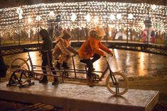 A+hídtól+nem+messze+van+az+a+tandem+kerékpár,+amivel+idén+második+alkalommal+lehet+fényt+tekerni+a+város+központjába.+ Banksy, Punk, Punk Rock