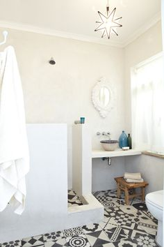 Douche ouverte avec place pour rangement sur le cote.  Moroccan bathroom bliss