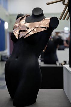 Konkurrerer i smykkekunst - Bergens Tidende Riding Helmets, Backless, Hats, Dresses, Fashion, Vestidos, Moda, Gowns, Hat