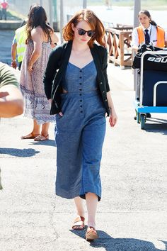 Who made Emma Stone's brown sunglasses, blue denim jumpsuit, and tan sandals? Emma Stone Street Style, Emma Stone Style, Street Style Looks, Casual Street Style, Unique Prom Dresses, Long Summer Dresses, Oliver Peoples, Estilo Emma Stone, Emma Stone Outfit