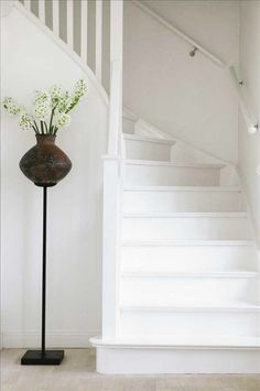Foyer decorating – Home Decor Decorating Ideas White Hallway, White Staircase, Staircase Design, White Walls, Painted Staircases, Painted Stairs, Wooden Stairs, Building Stairs, Stair Makeover