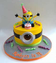 Minion cake...I might have to beg my brother to let me make it for Rachel's third birthday...<3