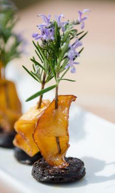 Tapa de morcilla con manzana al pincho de romero en flor.