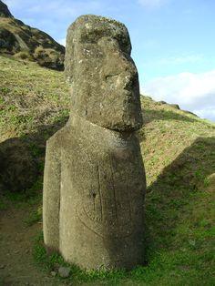 Moai en Rano Raraku. Este moai tiene tallado un barco de 3 mástiles, probablemente de los primeros exploradores europeos que visitaron la isla. Rapa Nui, Isla de Pascua, Chile. This moai in Rano Raraku has a european 3 mast ship carved on its body. Rapa Nui, Easter Island, Chile.