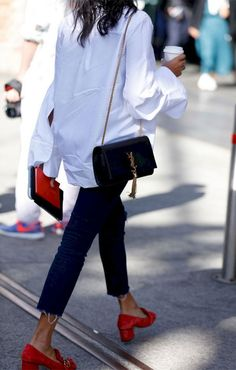 15 Perfectly Chic Women's White Shirts Spring Summer Inspiration This Women's White Shirt it's so perfect for Spring Summer Collections. Check closely to view how the buttons are connected to the shirt. You need to put on a lengthy shirt, preferably … Look Fashion, Fashion Outfits, Fashion Mode, Fashion Tips, White Shirt Outfits, White Shirts Women, Spring Shirts, Casual Chic, Summer Styles