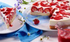 Joghurt-Panna-Cotta-Erdbeer-Torte Rezept: Lockerer Biskuit mit leckerer Sahnefüllung, frischen Erdbeeren und Erdbeersoße - Eins von 7.000 leckeren, gelingsicheren Rezepten von Dr. Oetker!