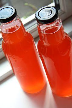 Læg hyldeblomster, citronskiver og kompot op i Elderflower, Hot Sauce Bottles, Smoothies, Beverages, Strawberry, Food And Drink, Tasty, Herbs, Sweets