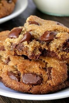 These paleo chocolate chip cookies are thick, chewy and have the perfect texture {grain-free, gluten-free, dairy-free} Worked out really well but 200 g of chocolate was a bit too much. Made 34 cookies, not Paleo Dessert, Healthy Sweets, Dessert Bars, Dessert Recipes, Paleo Chocolate Chip Cookies, Paleo Chocolate Chips, Paleo Cookies, Paleo Chips, Vegan Gluten Free Cookies