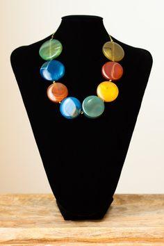 Collar de ágatas redondas de distintos colores realizado sobre hilo y con cierre de plata.