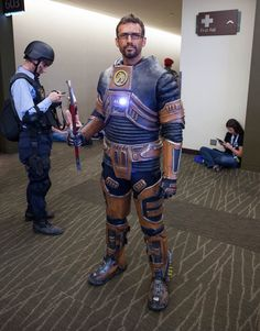 This Gordon Freeman (Half Life) suit was really nice. Gordon Freeman, Amazing Cosplay, Best Cosplay, Overwatch Tracer, Fallout New Vegas, Game Theory, Half Life, Cosplay Tutorial, Sharp Dressed Man