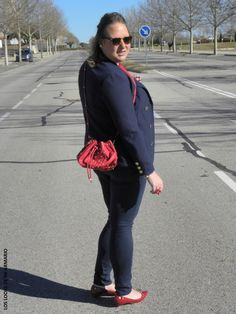 Bombonera & Navy.LOOKS CASUALS. www.loslooksdemiarmario.com camiseta-lentejuelas-primark-bombonera-rojo-bucket-bag-2016-fashion-blogger-curvy-look-navy-burgundy-blue-jeans-pitillo-super-slim-los-looks-de-mi-armario-talla-grande-plus-size-curvy-zapatos-rojos-