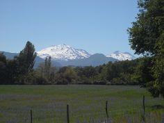 Nevados y volcán Chillán, desde la comuna de Pinto. Foto de Marc Etienne Meulle-Stef Duran.