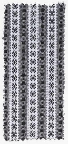 Stofstaal van 'schortenbont' voor doordeweekse schorten Stofstaal. Katoen. Witte kettingdraden met zwarte en witte inslagdraden, in patroon geweven. Gebruikt als doordeweekse schortenstof bij de streekdracht van Zuid-Beveland. Dit van origine Walcherse 'schortenbont' werd vanaf circa 1975 ook op Zuid-Beveland gebruikt voor de doordeweekse schorten, omdat de daarvoor algemeen gebruikte schortenstof steeds zeldzamer werd. #Zeeland #ZuidBeveland #Walcheren