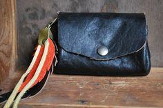 Porte monnaie, porte clés plumes en cuir, noir, rose, jaune et kaki : Porte-monnaie, portefeuilles par lili-marlowe