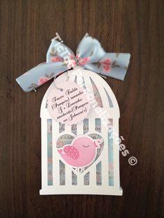 Convite Chá de bebê, gaiolinha, tema passarinho. 3 camadas (convite, papel vegetal com aplique relevo e gaiola papel branco; pingente com indicação dos presentes) #convitepassarinho #convitegaiola #littlebird #birdparty