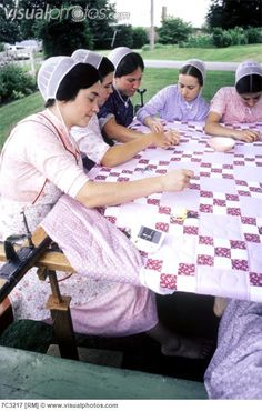Amish quilting party (well, they are actually mennonite). Sewing bees are a great social outing. Couettes Amish, Amish Country, Country Charm, Amische Quilts, Sampler Quilts, Amish Culture, Amish Community, We Are The World, Hand Quilting