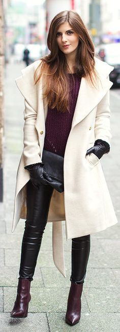 Burgundy Pointy Booties sweater, white coat black leather gloves fall outfit for women street style Winter 2018 Fashion, Autumn Winter Fashion, Autumn Fall, Winter Holiday, Fall Fashion, Pantalon Vinyl, Look 2015, Street Looks, Beige Coat