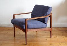Klassischer Lounge-Sessel aus den 50er Jahre.  Wunderschönes Teakholzgestell mit sehr schön geschwungenen Armlehnen.  Der Sitz wurde mit einem el...