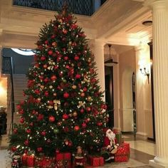 Christmas Apartment Decor Ideas that takes the Definition of Elegance to a Whole New level - Hike n Dip Christmas Tree In Basket, Lantern Christmas Decor, Christmas Staircase Decor, Upside Down Christmas Tree, Tall Christmas Trees, Red And Gold Christmas Tree, Beautiful Christmas Trees, Christmas Centerpieces, Rustic Christmas