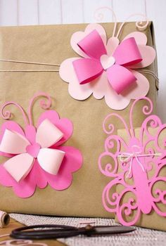 Lovebugs – Die Cut Butterfly Valentine Bows (Designs By Miss Mandee)Lovebugs – gestanzte Schmetterlings-Valentine-Bögen – Maria Lourdes Aguilera Schmied – Join the world of pin Baby Crafts, Diy And Crafts, Crafts For Kids, Paper Flowers Diy, Flower Crafts, Valentine Day Crafts, Valentines, Flower Template, Butterfly Template