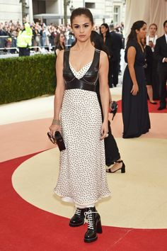Pin for Later: Seht alle Stars auf dem roten Teppich der Met Gala Selena Gomez in Louis Vuitton