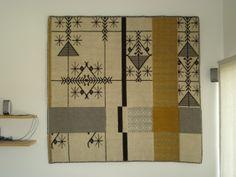 """Tappeto CASCATA su parete, realizzato a mano con le tecniche """"Pibiones"""" e """"Litzos"""". Materiali: 80% lana, 20% cotone."""