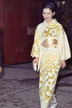 スタイリスト大草直子がコンセプトディレクターを務める、成熟に向かうミドルエイジ女性のためのwebマガジン『mi-mollet』。ファッション、ビューティ&ヘルス、ライフスタイルのリアルな最新情報を毎日配信。女性の働き方や生き方のヒントになる読み物もたっぷり届けします。 Traditional Japanese Kimono, Traditional Fashion, Japanese Beauty, Japanese Girl, Yokohama, Very Pretty Girl, Modern Kimono, Kimono Japan, Wedding Kimono