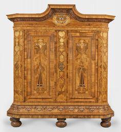 Großer Barock-Hochzeitsschrank mit Geheimtüren aus dem Besitz der Freiherren von DrachsdorfNussbau — Möbel