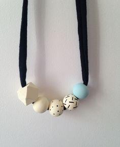Chaque pièce est peinte à la main,  donc chaque collier est unique.Ce collier, léger et original, s'accordera parfaitement à vos tenues de jour comme de nuit.Le collier étant réglable, vous pouvez le nouer à la longueur que vous souhaitez.Ce collier est composé de 4 perles rondes et de 1 perle géométriques en bois naturel.Chaque perle est peinte à la main avec de la peinture acrylique (4 couches) et vernie avec un fixateur mat à base d'eau (conformément ...