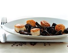 Sea Scallops with Mushrooms and Sherry / Romulo Yanes