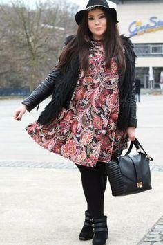 Como não amar esse look plus size com vestido estampado e jaqueta de couro? O chapéu e a botinha deixam a produção ainda mais fashion!