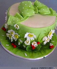 Daisies and wild strawberries cake www.it Idee e strumenti per… Gorgeous Cakes, Pretty Cakes, Cute Cakes, Amazing Cakes, Baby Cakes, Gateau Iga, Spring Cake, Garden Cakes, Wild Strawberries