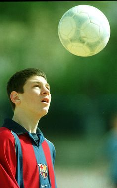 """Su primera foto. Messi llegó al Barça en el 2000. El momento crucial fue cuando dijo: """"Me quedo aquí""""."""