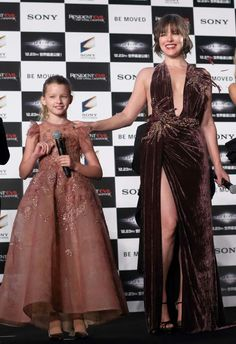 Os lindos looks vinho, da Milla Jovovich e marsala, da sua filha Ever, para promoção de Resident Evil: The Final Chapter, em Tóquio. #beautiful #millajovovich #evergabo #fashionstyles #residentevil #premiere #tokyo