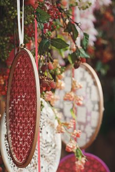 Бордовая свадьба в стиле бохо, пяльце в декоре