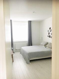 Serene witte slaapkamer. Zzzzennn