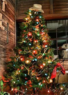 What a perfect tree for a western Christmas! This would be great in a lodge or cabin. Love it! #CowboyChristmas #ChristmasTree #CowboyHat #Country