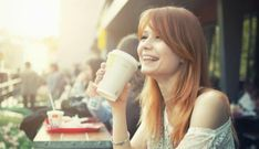 Apakah Penderita Tekanan Darah Tinggi Boleh Minum Kopi?,- Kopi merupakan salah satu jenis minuman yang banyak disukai dan sering disuguhkan ketika sedang berkumpul dengan keluarga atau teman. Kopi memang selalu menjadi teman yang pas untuk sekedar mengobrol atau bersantai. Menurut  penelitian kesehatan, minum kopi memiliki kesan baik dan buruknya, apakah Anda boleh minum  kopi atau tidak kalau menurut aturan itu  tergantung pada setiap kondisi tubuh masing- masing.