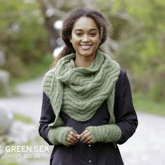 Looking for handmade gift ideas for Christmas? Then what about giving this super soft and warm set of knitted shawl and wrist warmers to someone you love?  ❤ See link in bio to find the #freepattern, or go to garnstudio.com and search for Green Sea #dropsdesign #freepatterns #knit #dropsair #christmasdiy #holidaydiy #knittedshawl #knittedwristwarmers #dropschristmas #giftidea