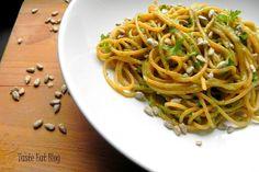 Taste Eat: Makaron pomidorowy z pesto z pietruszki i mozzarel... Mozzarella, Pesto, Spaghetti, Ethnic Recipes, Fit, Blog, Shape, Noodle
